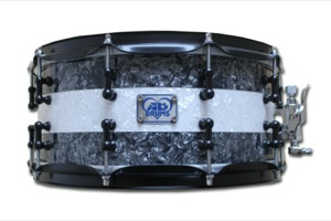 Black Pearl With White Pearl Stripe / Black Hardware